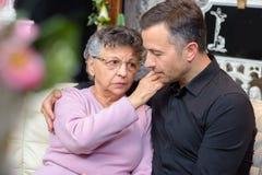 Donna anziana che conforta giovane fotografia stock libera da diritti