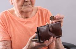 Donna anziana che conta i suoi soldi Immagini Stock Libere da Diritti