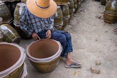 Donna anziana che lavora nell'industria delle terraglie Fotografia Stock