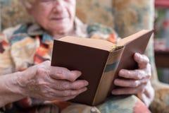 Donna anziana che legge un libro Immagine Stock Libera da Diritti