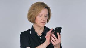 Donna anziana che passa in rassegna Smartphone stock footage