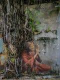 Donna anziana che prega arte della via sotto un albero Fotografia Stock Libera da Diritti