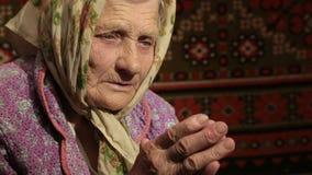 Donna anziana che prega a Dio video d archivio