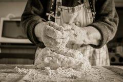 Donna anziana che produce pasta casalinga con parmigiano fotografie stock libere da diritti