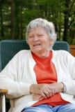 Donna anziana che ride all'aperto immagini stock libere da diritti