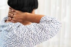 Donna anziana che soffre dal dolore al collo, primo piano, concetto di problema sanitario fotografia stock libera da diritti