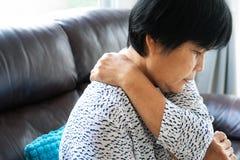 Donna anziana che soffre dal dolore al collo, primo piano, concetto di problema sanitario immagini stock libere da diritti