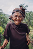 Donna anziana che sta all'aperto e che sorride Immagini Stock