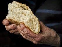 Donna anziana che tiene pane casalingo Immagini Stock Libere da Diritti