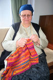 Donna anziana che tricotta lana Fotografia Stock