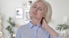 Donna anziana con dolore al collo, lesione del muscolo video d archivio