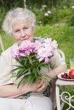 Donna anziana con i fiori dentellare Immagine Stock Libera da Diritti