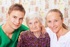 Donna anziana con i giovani medici Immagini Stock Libere da Diritti