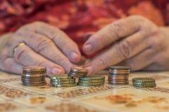 donna anziana con i problemi finanziari Immagini Stock