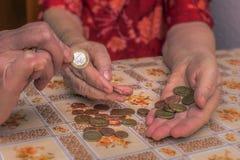 donna anziana con i problemi finanziari Fotografia Stock