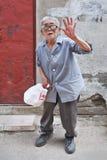 Donna anziana con i vetri rotti in un hutong, Pechino, Cina Fotografie Stock Libere da Diritti