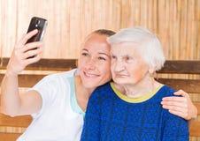 Donna anziana con il badante Fotografia Stock Libera da Diritti