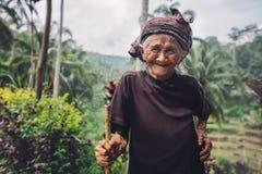 Donna anziana con il bello sorriso in campagna Immagine Stock Libera da Diritti
