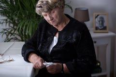 Donna anziana con il fazzoletto Immagini Stock Libere da Diritti