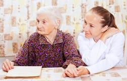 Donna anziana con il giovane medico smileing Fotografie Stock Libere da Diritti