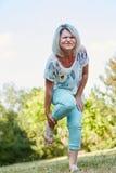Donna anziana con il piede storto fotografia stock libera da diritti