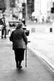 Donna anziana con la canna Assistive in via Fotografia Stock Libera da Diritti