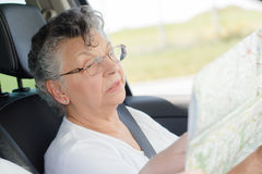 Donna anziana con la mappa immagini stock libere da diritti