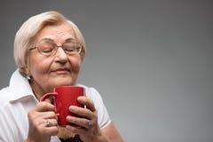 Donna anziana con la tazza di caffè Fotografia Stock