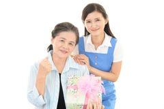 Donna anziana con un regalo immagini stock