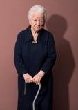 Donna anziana con una canna Fotografia Stock