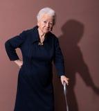 Donna anziana con una canna Immagini Stock Libere da Diritti