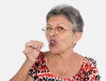 Donna anziana con una caramella Fotografia Stock Libera da Diritti