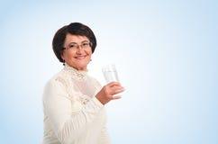 Donna anziana con vetro di acqua immagini stock libere da diritti