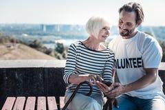 Donna anziana contentissima che per mezzo di uno smartphone Fotografia Stock