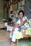 Donna anziana del Fijian nella casa con l'altare e le immagini cristiani della casa del Fijian, di Gesù con le foto e le sculture Fotografie Stock