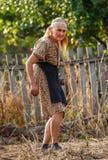 Donna anziana dell'agricoltore all'aperto Fotografia Stock
