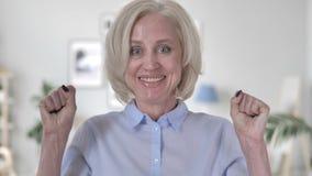 Donna anziana di conquista che celebra successo video d archivio