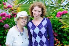 Donna anziana e giovane Immagini Stock