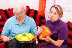 Donna anziana e giovane che ottiene i regali loveless fotografia stock