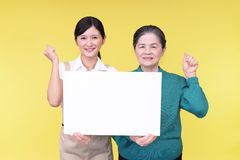 Donna anziana e giovane donna sorridenti fotografie stock libere da diritti