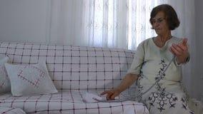 Donna anziana e sfigmomanometro stock footage