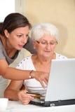 Donna anziana ed acquisto in linea Fotografia Stock Libera da Diritti