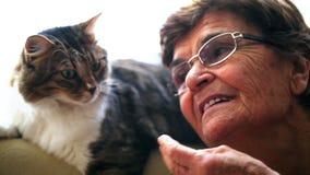 Donna anziana ed il gatto video d archivio