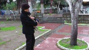 Donna anziana ed il gatto archivi video