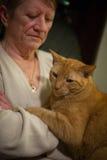 Donna anziana ed il suo gatto Fotografia Stock