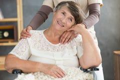 Donna anziana felice a casa Fotografia Stock Libera da Diritti