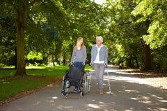 Donna anziana in fisioterapia Fotografia Stock Libera da Diritti