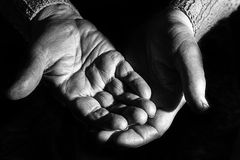 Donna anziana, mani del grandmoter, sul nero, esaurito, nero Immagini Stock Libere da Diritti