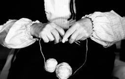Donna anziana mentre tricottando lana con due fili e wh di lana Fotografia Stock Libera da Diritti