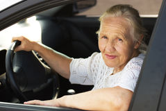 Donna anziana nell'automobile Fotografie Stock
